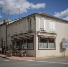 Chaque village son bistrot. #bistrot #bar #menetousalon #menetousalon #berry