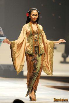 ~ Living a Beautiful Life ~ anne avantie Indonesian Kebaya, Indonesian Wedding, Batik Kebaya, Kebaya Dress, Fashion Details, Unique Fashion, Indian Fashion, Traditional Fashion, Traditional Dresses