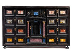 Höhe: 61 cm. Breite: 97 cm. Tiefe: 32,5 cm. Italien, 17. Jahrhundert. Der rechteckige Kastenaufbau mit Edelholzfurnier, partiell ebonisiert. Auf kleinen,...