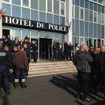 Rassemblement des #policiers ce midi devant le commissariat de #Caen après l'agression à Viry-Chatillonpic.twitter.com/QZRl4yQn1g