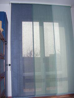 tende a pannelli in lino a scalatura di colore con meccanismo schermato da mantovana in legno