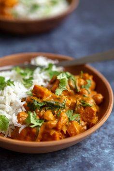 Une recette de curry végétarien aux pois-chiches, courge butternut et épinards, pour varier les habitudes et se régaler ! Une recette végétarienne relevée pour l'automne.