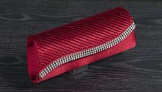 Rode gala clutch met fijne plooien en een afwerking met strass-steentjes! Prijs 24,10 www.degalazaak.nl