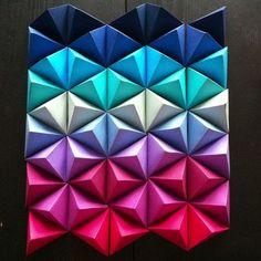 Si vous voulez mettre un peu de couleur dans votre pièce à vivre de façon originale, essayez donc de faire une sculpture en origami