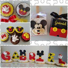 Mickey Pirulito, pão de mel, mini cupcakes e letras amanteigadas.