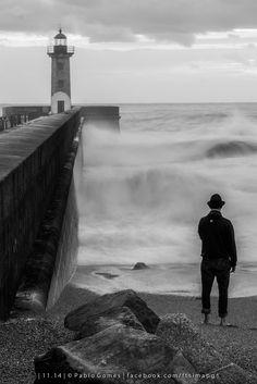 """""""O farol, o homem e o mar"""" / """"The lighthouse, the man and the sea"""" / """"El farol, el hombre y el mar [2014 - Porto / Oporto - Portugal] #fotografia #fotografias #photography #foto #fotos #photo #photos #local #locais #locals #europa #europe #pessoa #pessoas #persona #personas #people #mar @Visit Portugal @ePortugal @WeBook Porto @OPORTO COOL @Oporto Lobers"""