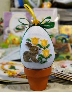 This Pin was discovered by Fer Cross Stitch Beginner, Mini Cross Stitch, Cross Stitch Animals, Cross Stitch Designs, Cross Stitch Patterns, Cross Stitching, Cross Stitch Embroidery, Easter Flower Arrangements, Embroidered Gifts