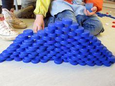 Building with bottle caps Block Center, Block Area, Cube Pattern, Pattern Blocks, Gross Motor Activities, Preschool Activities, Reggio, Dramatic Play Themes, Water Bottle Crafts