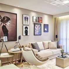 Sala de estar, destaque para a composição dos quadros e mesa lateral que valorizou todo contexto, amei!!! Projeto by @lm_arquitetura
