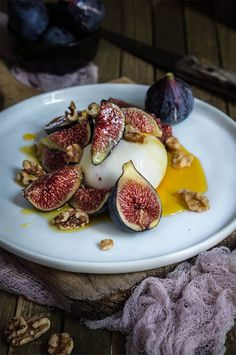 Burrata with figs, honey and salted walnuts - Küken Tapas Recipes, Fig Recipes, Appetizer Recipes, Cooking Recipes, Healthy Recipes, Pomegranate Recipes, Healthy Food, Burrata Recipe, Snacks Saludables