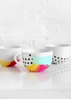 Tissue paper watercolor mugs - Mod Podge Rocks. (Using dishwasher safe mod podge) Diy Projects To Try, Craft Projects, Diy Becher, I Spy Diy, Diy Cadeau, Diy Simple, Tissue Paper Crafts, Diy Mugs, Decoupage