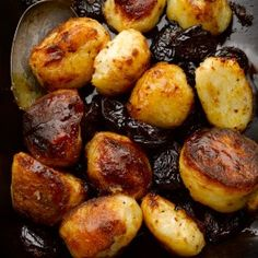 Roasted potatoes with caramel & Agen prunes. We seriously urge you to give this a go, even if it sounds overtly over the top, what with all that fat and cloying sweetness. The actual result is wonderfully crispy, salty and gently sweet. Side Dish Recipes, Veggie Recipes, Cooking Recipes, Potato Recipes, Yummy Recipes, Healthy Recipes, Ottolenghi Recipes, Yotam Ottolenghi, Christmas Side Dishes