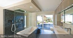 """Besonders die """"Wellness-Oase"""", das Badezimmer mit Regendusche und eigener Sauna besticht durch ihre Extravaganz. Eine kleine, direkt vom Bad aus begehbare, von der Straße aus nicht einsehbare Terrasse verlagert den Ruhebereich nach dem Saunagang ins Freie – genau das Richtige für die Wellness-begeisterten Bauherren."""