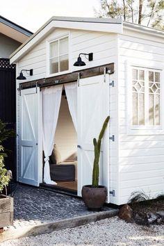 This Byron Bay boutique hotel has had an impressive update – Vogue Australia Beach Cottage Style, Beach Cottage Decor, Coastal Style, Beach House, Beach Town, Coastal Living, Tyni House, Turbulence Deco, Vogue Living
