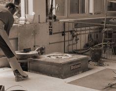 7. Der Schmelzofen wird zur Entnahme der flüssigen Bronze geöffnet.