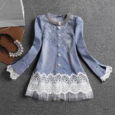 Modelo de jaqueta jeans azul clara com renda e tule nas mangas e na barra.