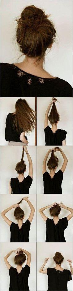 No te compliques cuando se trata de los chongos altos, lo único que deberás hacer es enrollar tu cabello hasta que puedas amarrarlo. Entre más despeinado, ¡mejor!