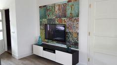 Achterwand voor tv met fotobehang en ledverlichting erachter.