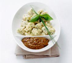 Hirsenocken mit Bohnensugo Hirse mit Zwiebel in Gemüsebrühe 10min kochen, 10 min Quellen lassen. 1 Eidotter, Mehl / Semmelbrösel, Muskatnuss. Nocken abstechen und 10 min ziehen lassen.