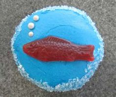 Swedish Fish Cupcakes - non pareil bubbles & sparkling sparkles Fishing Cupcakes, Swim Cupcakes, Swim Cake, Camp Cupcakes, Heart Cupcakes, Birthday Cupcakes, Birthday Parties, Birthday Ideas, Kid Parties