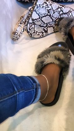 Cute Sandals, Black Baby Girls, Pretty Black Girls, Reebok Classic Leather Black, Engagement Ring Rose Gold, Fluffy Shoes, Ankle Jewelry, Cute Slippers, Handbags