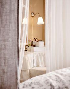 Den er flagrende, romantisk og lidt for meget, men der er også noget klassisk og elegant ved denne sengehimmel.