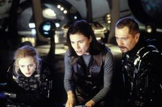 Still of Gary Oldman, Mimi Rogers and Heather Graham in Lost in Space (1998) http://www.movpins.com/dHQwMTIwNzM4/lost-in-space-(1998)/still-3282287104