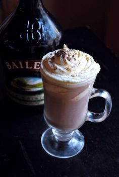 Discover the premium quality of Baileys Original Irish Cream. Learn more about our history, find delicious drink recipes and explore the many tempting flavors. Hot Chocolate Coffee, Hot Chocolate Recipes, Chocolate Making, Baileys Original Irish Cream, Baileys Irish Cream, Fun Drinks, Yummy Drinks, Beverages, Baileys Cocktails