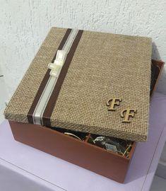 Caixa em MDF estilo rustico, com as iniciais do casal decorando a tampa da caixa.  Taças e champanhe não acompanham a caixa.                                                                                                                                                                                 Mais