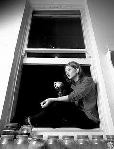 Cate Blanchett taking a Coffee break People Drinking Coffee, Drinking Tea, Coffee Break, My Coffee, Coffee Art, Morning Coffee, Coffee Cups, Pu Erh, Coffee Drinkers