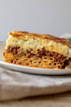 Authentic homemade Greek pastitsio recipe, layers of cinnamon-laced tomato ground beef ragu, kasseri cheese, noodles and creamy béchamel. Healthy Lasagna Recipes, Cooking Recipes, Cooking Pasta, Greek Pastitsio, Greek Lasagna, Lasagna Food, Fingerfood Party, Good Food, Yummy Food