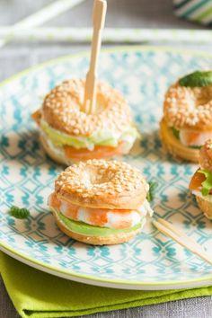 Mini bagels for aperitif - Trend Fall Cocktail Recipes 2019 Bite Size Desserts, Mini Desserts, Easy Desserts, Vol Au Vent, Mini Appetizers, Appetizer Recipes, Recipes Dinner, Cocktail Party Food, Party Sandwiches