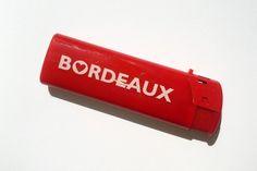 Briquet rouge de la marque BORDEAUX Ville de Coeur©. Un chouette petit cadeau souvenir de Bordeaux !