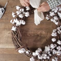 Add modern farmhouse style to your fall front door with a homemade cotton wreath. - Add modern farmhouse style to your fall front door with a homemade cotton wreath… Add modern farmhouse style to your fall front door with a homemade cotton wreath. Noel Christmas, Christmas Wreaths, Christmas Crafts, Christmas Decorations, Summer Door Decorations, Harvest Decorations, Homemade Christmas, Christmas Lights, Home Crafts