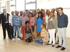 AUTORIDADES DE LA UNSJ RECIBIERON A ESTUDIANTES AFRICANOS  Gastronomía, la ciudad, las carreras elegidas para estudiar en San Juan y hasta cuestiones de género. El cóctel dialógico fue parte del encuentro de bienvenida entre las autoridades de la UNSJ y 23 estudiantes de Guinea Ecuatorial, que cursarán en esta casa de estudios desde este año.  Ver noticia completa: http://www.unsj.edu.ar/vista_not.php?id_noticia=3242