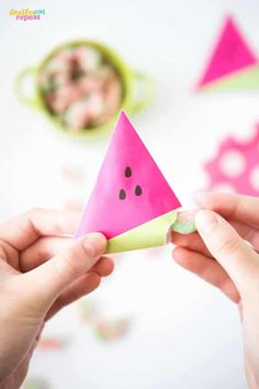 I'm rounding up 16 of my favorite party favor ideas! These are great for any occasion where FUN is the theme and many include free printables! Summer Party Favors, Winter Wedding Favors, Unique Party Favors, Inexpensive Wedding Favors, Candy Party Favors, Wedding Party Favors, Birthday Party Decorations, Party Themes, Party Ideas