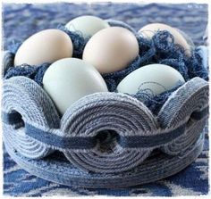 Your favorite jeans have had their day and you do not want to apart with them? With these original and simple jeans upcycling ideas, you can awaken your denim to a new life. Recycle Old Clothes, Recycle Jeans, Upcycle, Diy Denim, Diy Old Jeans, Jean Crafts, Denim Crafts, Diy Jewelry Recycled, Diy Sac
