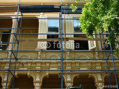 Baugerüst für Renovierungsarbeiten an einem alten Holzhaus auf der Prinzeninsel Büyükada bei Istanbul