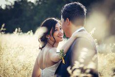 photo de couple de mariés dans un champs de blé à la lumière tombante