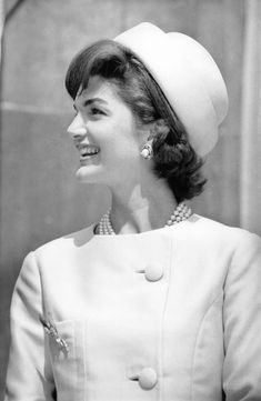 Roy Halston was originally milliner who acquired national fame when he designed the famous pillbox hat for Jackie Kennedy in 1961 when she was first lady. After hats were out of fashion, Halston. Jacqueline Kennedy Onassis, Robert Kennedy, Jackie O's, Jackie Kennedy Style, Les Kennedy, Jaqueline Kennedy, Southampton, Vogue Paris, Robes Christian Dior