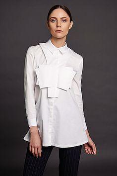 Расклешенная белая рубашка с кармашками, напоминающими оригами; Состав: 77% хлопок, 20% полиамид, 3% эластан