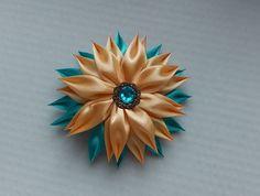 Barrette kanzashi beige et turquoise/Pince à cheveux automate/Fleur kanzashi/Ruban en satin de la boutique bricoartKAM sur Etsy