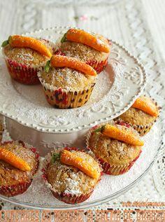 Asta e prima mea prajitura cu morcovi, eram oarecum reticenta fata de folosirea morcovilor in chestii dulci, pana mi-am adus aminte de teddy, sucul ala in sticlute mici din care ii mai furam cate-o gura fiica-mii cand era mica :)). Evident, morcovii sunt dulci si colorati frumos si aceste cupcakes cu morcovi si umplutura de [...] Romanian Desserts, Breakfast Dessert, Breakfast Ideas, Muffins, Deserts, Eat, Dessert Ideas, Food, Lawn