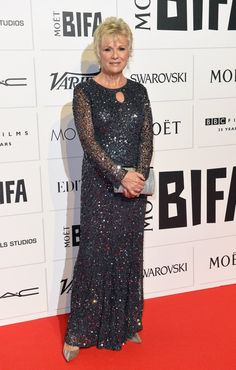 The star of the new Burberry Festive campaign actress Julie Walters gave her young co-stars a run for their money at the London premiere Over 60 Fashion, Fashion Over 50, Grey Fashion, Ill Studio, Casual Cocktail Attire, Julie Walters, Dedicated Follower Of Fashion, Short Grey Hair, Classic Outfits