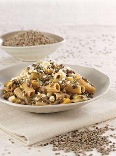 Una salsa per condire la pasta in modo semplice e sostanzioso. Le lenticchie, la zucca, il cavolfiore e il formaggio danno vita a un sapore vibrante e ricco