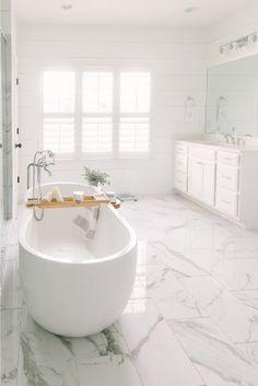 Clawfoot Tub Bathroom, Marble Bathroom Floor, White Marble Bathrooms, White Master Bathroom, Luxury Master Bathrooms, Classic Bathroom, Bathroom Design Luxury, Small Bathroom, Bathroom Ideas