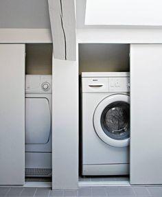 SMART LØSNING: Vaskemaskin og tørketrommel er skjult bak skyvedører.