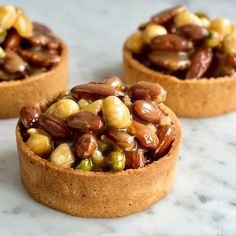 Noten-karameltartelettes – recept van Gwenn's Bakery Tart Recipes, Baking Recipes, Sweet Recipes, Dog Food Recipes, Mini Cakes, Cupcake Cakes, Puff And Pie, Flan Cake, Lunch Catering