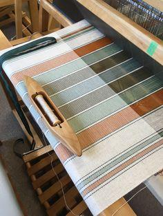 Linge à vaisselle trame 2/16 en coton avec chaîne en cotonlin 2/8 grandeur 25 X 38 pouces. Inkle Weaving, Weaving Tools, Weaving Projects, Hand Weaving, Weaving Designs, Weaving Patterns, Weaving Textiles, Tapestry Weaving, Ticking Fabric