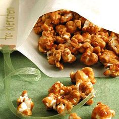 This homemade caramel popcorn recipe is perfect for snacking on at home or giving away as gifts during the holiday season. Popcorn Recipes, Caramel Recipes, Desserts Caramel, Candy Recipes, Clean Eating Snacks, Healthy Snacks, Healthy Eating, Healthy Halloween, Halloween Appetizers